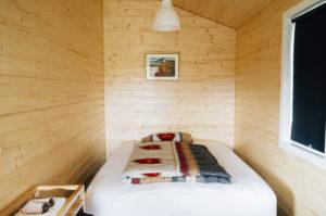 mala-sypialnia-w-drewnie